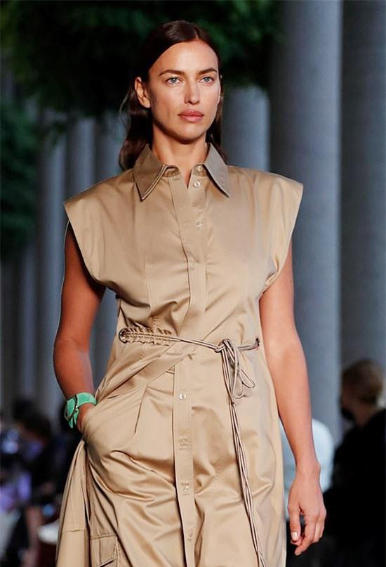 Cùng trong ngày 25/9, bạn gái cũ của tài tử Bradley Cooper còn sải bước ở show Versace.