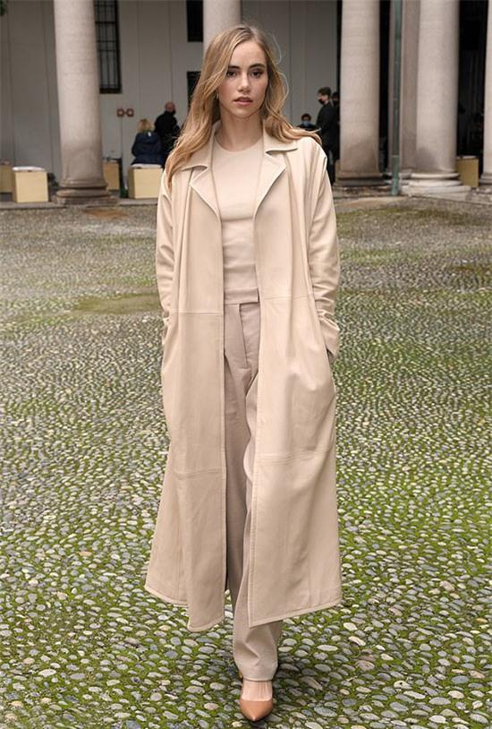 Là khách mời trên hàng ghế đầu, người mẫu Anh Suki Waterhouse chọn trang phục màu kem nền nã.