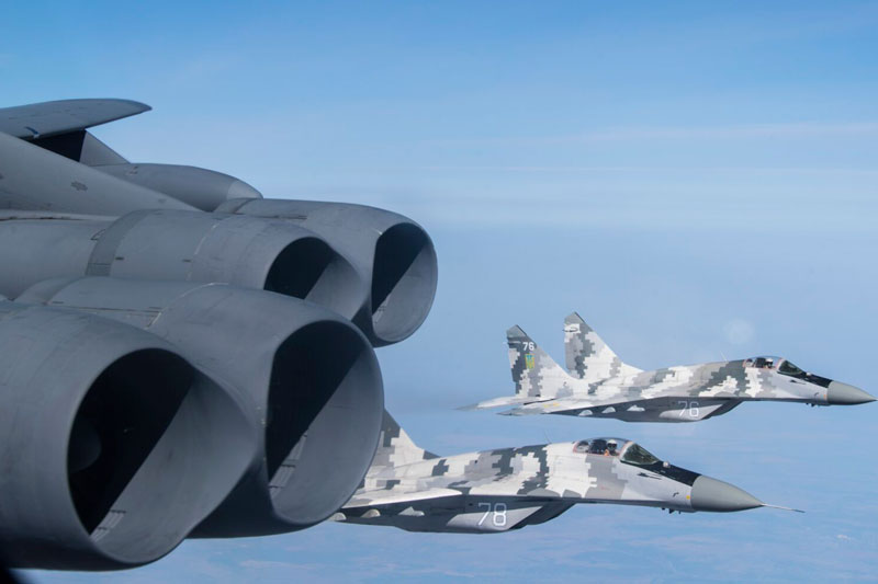 Một chiếc B-52H của Mỹ với hai chiếc MiG-29 của Ukraine. Ảnh của Phi công cao cấp Xavier Navarro.
