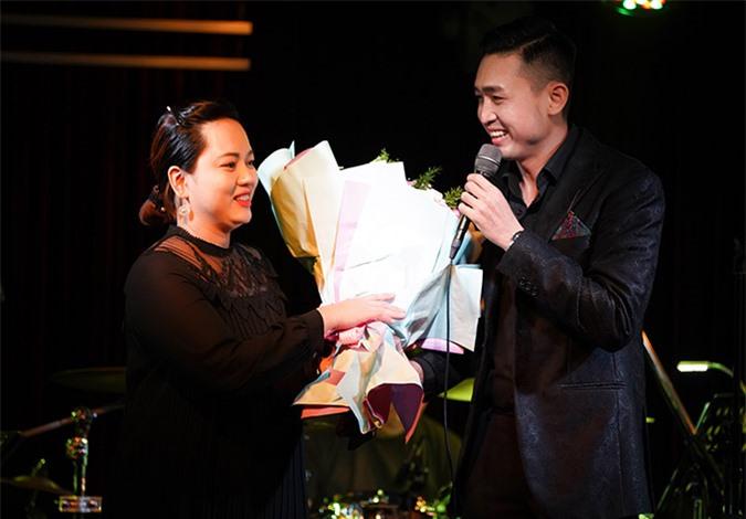 Nữ tiếp viên hàng không Jessi Trinh là vợ của Triệu Long. Cô mới sinh con được 1 tuần và đang trong thời gian ở cữ nhưng vẫn tranh thủ ôm hoa tới chúc mừng chồng.