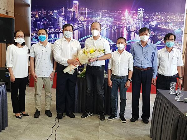 Chủ tịch UBND TP Đà Nẵng Huỳnh Đức Thơ tặng hoa cám ơn đoàn chuyên gia, bác sĩ từ TP.HCM giúp đỡ TP Đà Nẵng phòng, chống dịch Covid-19
