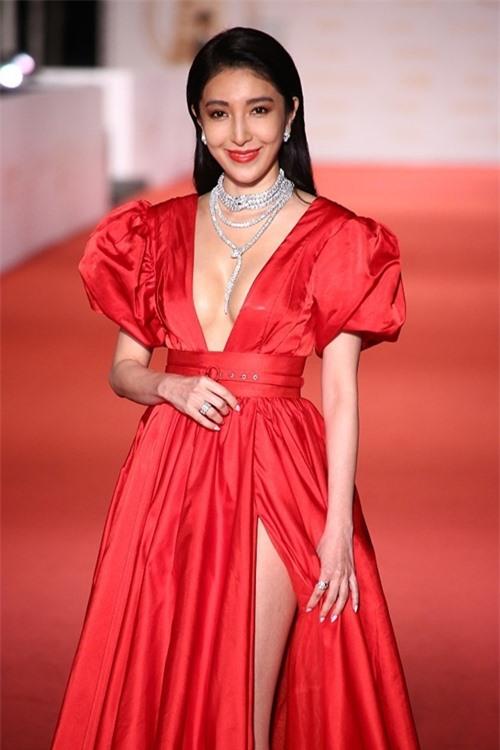Diễn viên Dương Cẩn Hoa trở thành nữ thần của sự kiện với chiếc đầm đỏ nổi bật, khoét ngực sâu và xẻ đùi cao.