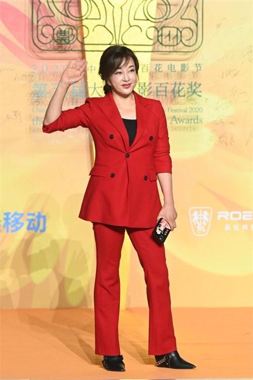 Tối 26/9, Lưu Hiểu Khánh dự lễ trao giải điện ảnh Bách Hoa lần thứ 35 tại thành phố Trịnh Châu, tỉnh Hà Nam, Trung Quốc. Gương mặt của bà cứng, thiếu tự nhiên, lộ dấu vết lạm dụng phẫu thuật thẩm mỹ.