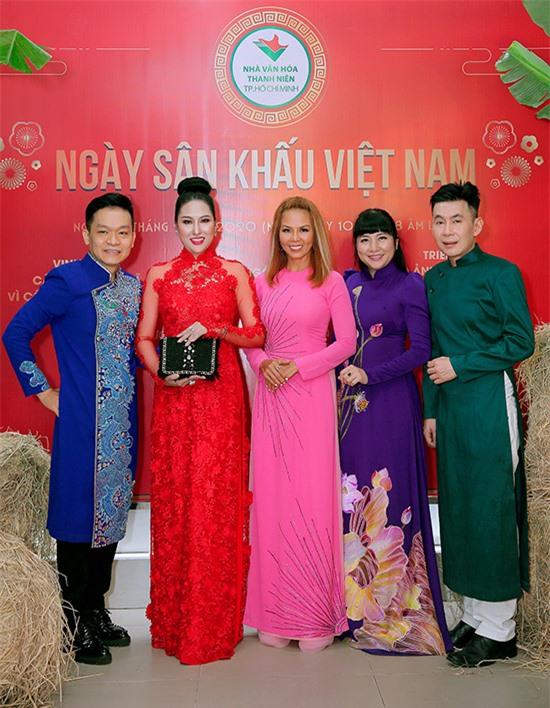 Ca sĩ Kỳ Phương (ngoài cùng bên trái), Thuý Uyên (áo dài hồng), MC Ngọc Tiên (áo dài tím) vui mừng hội ngộ các đồng nghiệp.