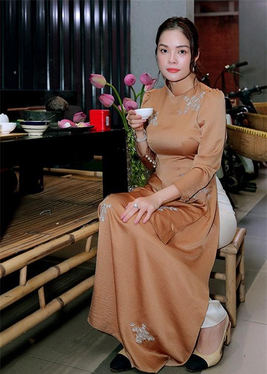 Diễn viên Dương Cẩm Lynh nền nã trong tà áo dài nâu dự ngày hội của ngành Sân khấu.