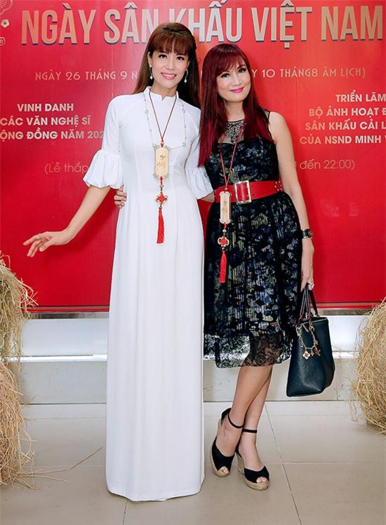 Á khôi Băng Châu (trái) vui vẻ gặp lại bạn thân Hiền Mai sau thời gian dài tránh dịch.