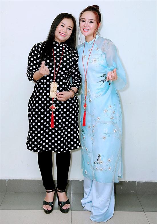 Ca sĩ Diễm Phương (trái) và Vy Oanh được vinh danh Nghệ sĩ vì cộng đồng 2020. Cả hai tham gia nhiều hoạt động từ thiện, giúp đỡ người nghèo bị ảnh hưởng do Covid-19.
