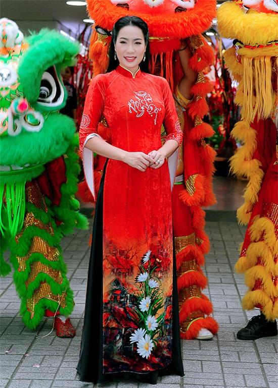 Á hậu Trịnh Kim Chi lộng lẫy trong bộ trang phục đặt may riêng để mặc đi cúng Tổ nghiệp.