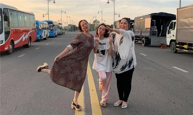 Sau một đêm dầm mưa mệt nhoài, ba nữ chính NSND Lê Khanh, Kaity Nguyễn và NSND Hồng Vân (từ trái qua) lấy lại tinh thần.