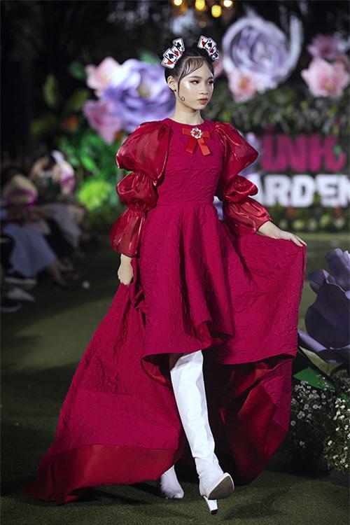 Mẫu nhí Bảo Hà liên tục biến hình cho trong show thời trang dành cho thiếu nhi.