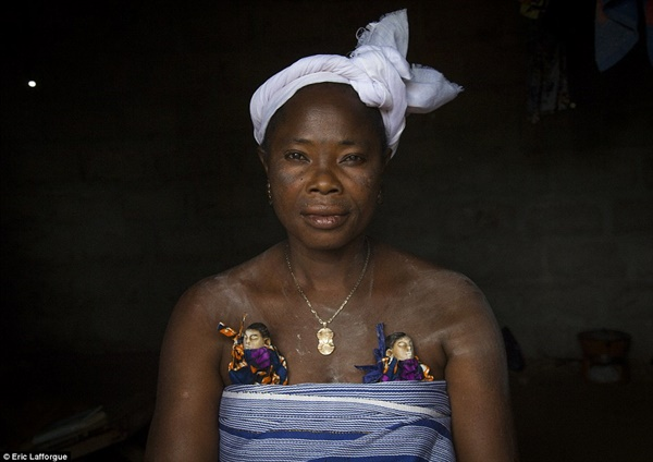 Người dân bộ lạc Fon làm búp bê cho những trẻ em sinh đôi tử vong khi mới ra đời.