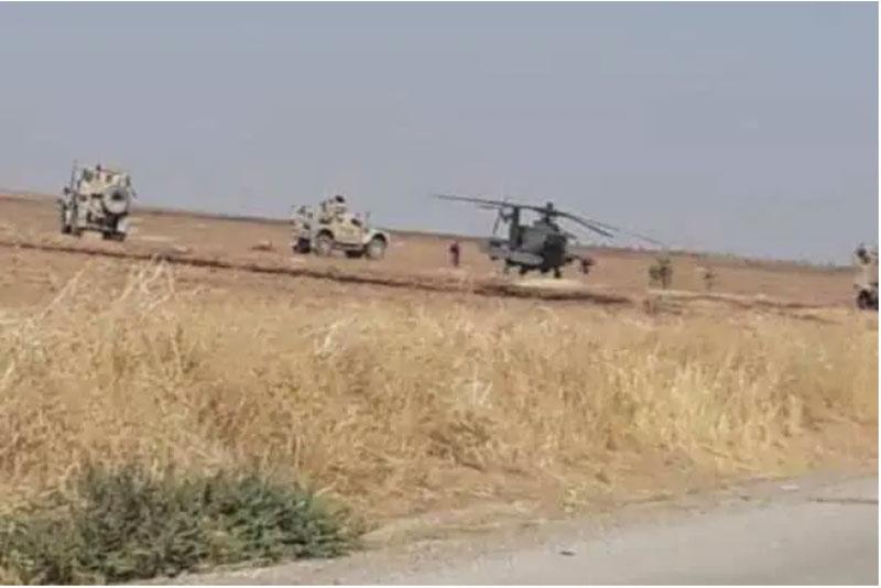 Trực thăng tấn công AH-64 Apache hỗ trợ các đoàn xe quân sự.