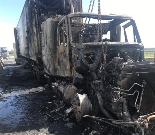 Đang lưu thông, xe container bất ngờ bốc cháy dữ dội - Ảnh 2.