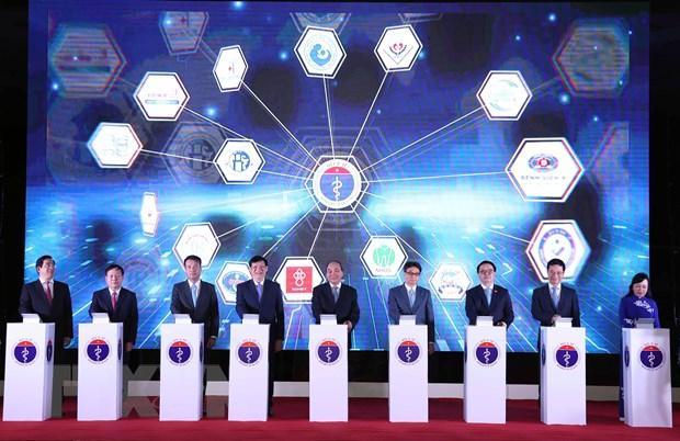 hủ tướng Nguyễn Xuân Phúc và các đại biểu thực hiện nghi thức nhấn nút khánh thành kết nối 1000 cơ sở khám, chữa bệnh từ xa