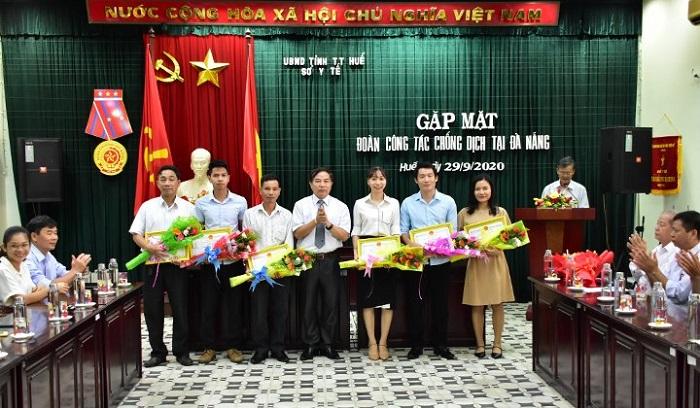 Giám đốc Sở Y tế tỉnh Thừa Thiên Huế tặng giấy khen cho các cán bộ, y bác sỹ vừa hoàn thành nhiệm vụ hỗ trợ phòng chống dịch Covid-19 tại Đà Nẵng.