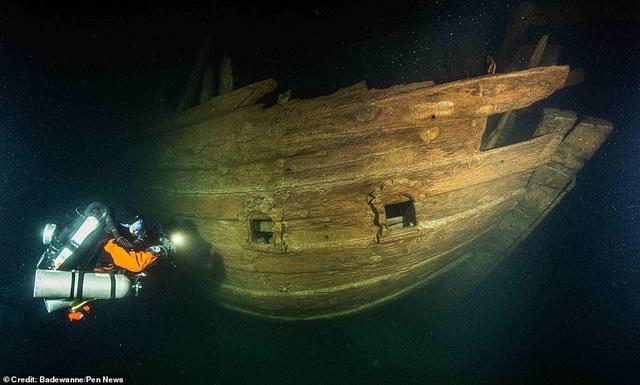 Nhóm thợ lặn tiếp cận xác tàu