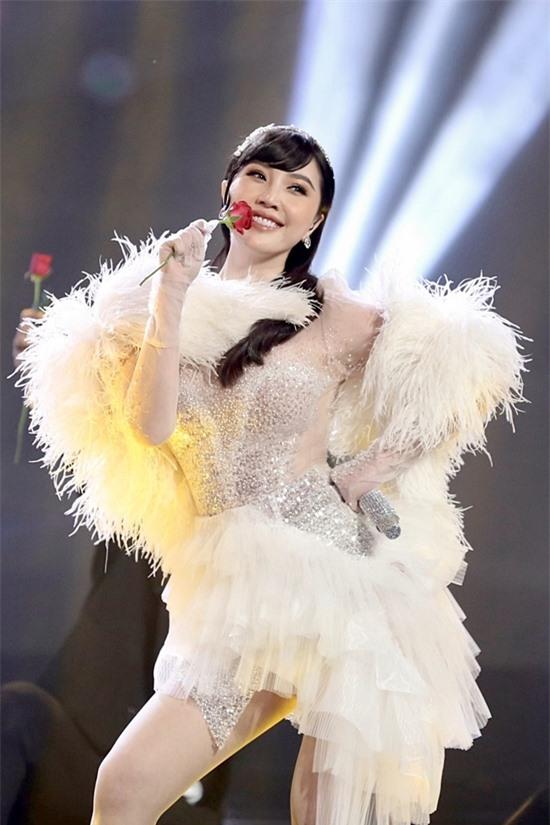 Nữ ca sĩ mang đến nhiều bản hit gắn liền tên tuổi: Ngốc nghếch, Ngôi nhà hoa hồng, Công chúa bong bóng...