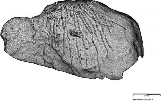 Hình ảnh được các nhà khảo cổ chụp lại cho thấy những hình chạm khắc hiện lên rất rõ. Ảnh: TTXVN