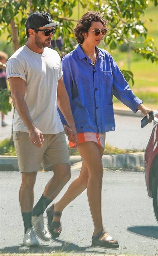 Zac Efron si mê Vanessa Valladares - cô gái Australia làm phục vụ tại một quán cafe ở vịnh Byron trong chuyến du lịch hè năm nay. Bởi tình yêu sét đánh này, ngôi sao High School Musical đã đổi vé máy bay để ở lại thêm với Vanessa. Từ khi hẹn hò vào tháng 7, Vanessa đã bỏ công việc ở quán cafe để đưa Zac đi chơi khắp nơi. Nguồn tin tiết lộ trên E!News, cặp uyên ương hiện sống cùng nhau trong căn nhà đi thuê của tài tử Hollywood và Vanessa đang giúp Zac tìm mua một ngôi nhà ở đây.