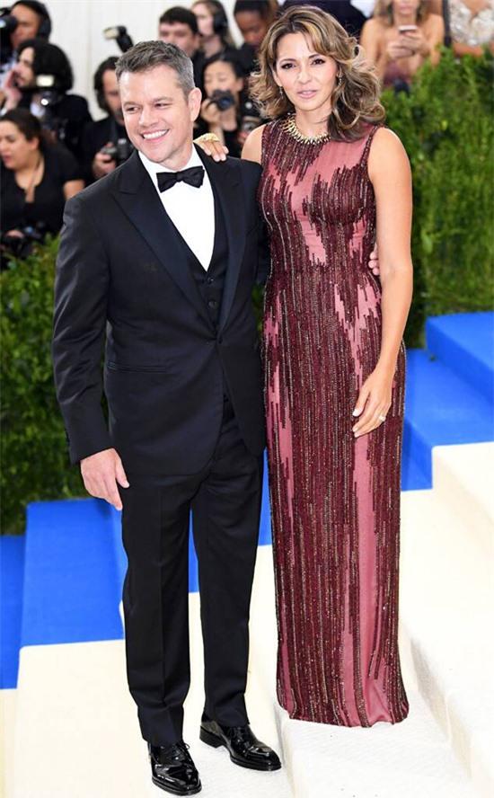 Matt Damon gặp Luciana Barroso trong khi anh quay phim Stuck on You ở Miami năm 2003. Luciana lúc đó làm nhân viên phục vụ tại một quán bar ở thành phố biển này và có một cô con gái với chồng cũ. Đây giống như một sự sắp đặt của số phận vì ban đầu bộ phim dự định quay ở Hawaii.Ngôi sao phim Bourne kể trong The Ellen DeGeneres Show năm 2011 : Theo đúng nghĩa đen, tôi đã nhìn thấy cô ấy đi ngang qua một căn phòng đông đúc. Tôi không biết đường đời của chúng tôi sẽ rẽ theo hướng nào nếu tôi không nhìn thấy cô ấy vào khoảnh khắc đó. Bởi vậy khi bạn mệt mỏi, hãy tới quán bar và bạn có thể gặp vợ tương lai của mình.Hai năm sau ngày gặp gỡ, họ kết hôn và có một gia đình hạnh phúc với bốn cô con gái. Matt Damon tâm sự, điều tuyệt vời khi kết hôn với một phụ nữ bình thường là sẽ có một gia đình ấm êm, không scandal.