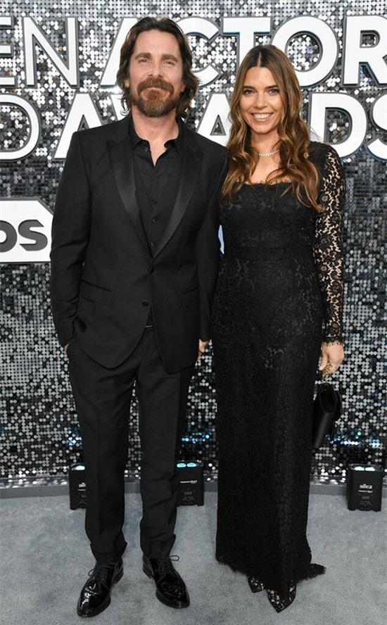Christian Bale từng không có ý định kết hôn nhưng anh đã thay đổi suy nghĩ khi gặp Sibi Blazic - trợ lý của nữ diễn viên Winona Ryder. Nhiều người trong gia đình tôi đã ly hôn bởi vậy tôi hình thành suy nghĩ không lành mạnh về hôn nhân, tài tử Batman giải thích. Khi gặp tình yêu sét đánh với Sibi Blazic năm 2000, Christian đã từ bỏ định kiến của mình và muốn gắn bó bên cô trọn đời. Họ kết hôn ngay năm đó tại nhà thờ ở Las Vegas. Tài tử chung tình với vợ suốt hai thập kỷ qua và có hai người con là Emelina 15 tuổi, Joseph 6 tuổi.