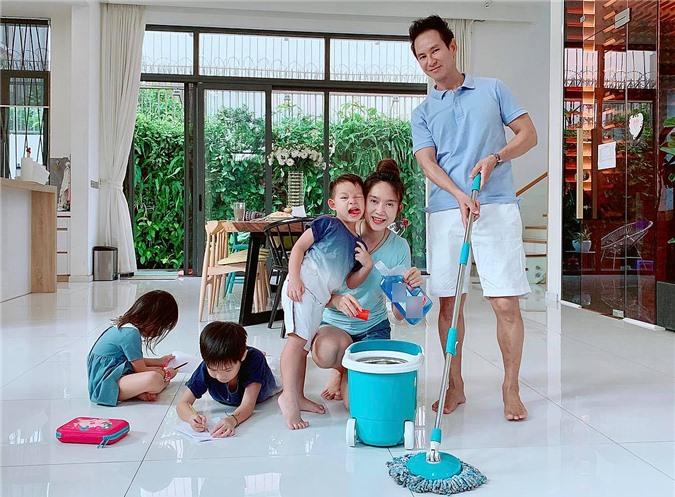 Vợ chồng anh hiện sống trong căn biệt thự bề thế ở TP HCM. Ngoài thời gian dành cho công việc, khi ở nhà Lý Hải không nề hà việc gì, từ chăm con, trồng cây đến giúp vợ dọn dẹp nhà cửa.