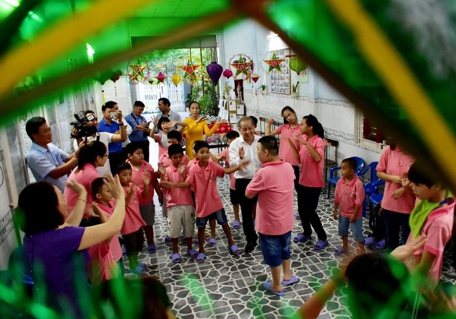 Chủ tịch UBND tỉnh Thừa Thiên Huế Phan Ngọc Thọ thăm hỏi, tặng quà cho các em thiếu nhi tại Cơ sở bảo trợ trẻ em khuyết tật Tâm Bình.