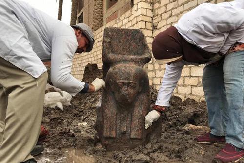 Bộ Cổ vật Ai Cập ngày 11/12 thông báo các nhà khảo cổ mới đây đã phát hiện và tiến hành khai quật một bức tượng bán thân quý hiếm của vị Vua cổ đại nổi tiếng Ramses II gần thành phố Giza, phía Nam thủ đô Cairo. Ảnh: AFP