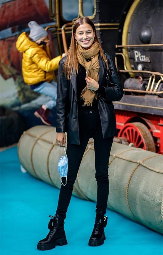 Nicole Poturalski diện bộ đồ da khỏe khoắn tới buổi công chiếu phim thiếu nhi Jim Button and the Wild 13 hôm 27/9.