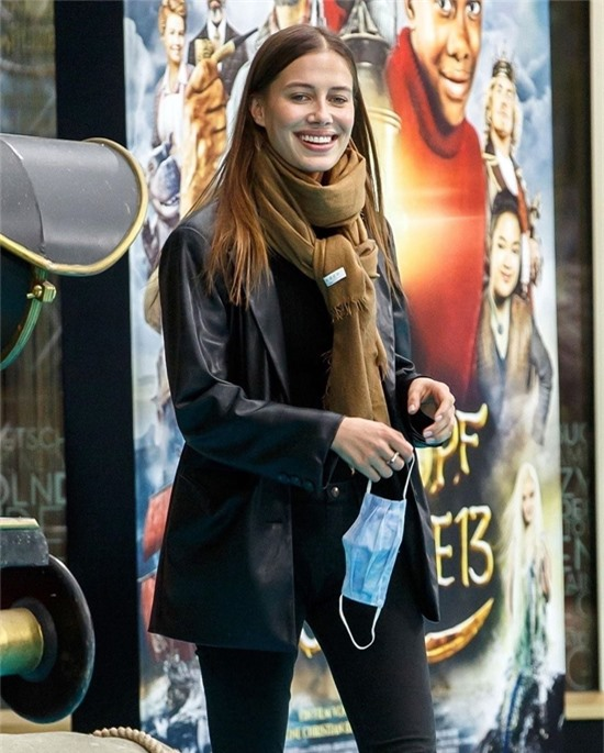 Tuy trang điểm nhẹ nhàng nhưng Nicole vẫn đẹp rạng ngời. Người mẫu 9X được mọi người so sánh có khuôn miệng và đôi mắt giống hệt Irina Shayk.