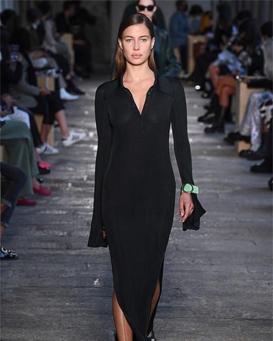 Hôm 25/9, cô catwalk trong show Hugo Boss Xuân hè 2021 thuộc khuôn khổ Milan Fashion Week. Nicole khoe dáng với đầm len xuyên thấu, biểu cảm lạnh lùng.