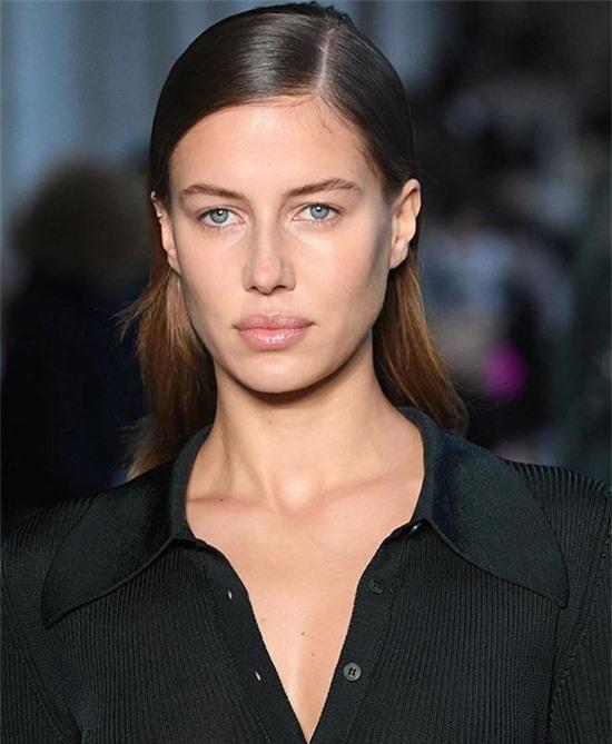 Chân dài người Đức trở lại sàn diễn sau thời gian dài nghỉ tránh dịch. Hồi tháng 8, cô có chuyến du lịch cùng Brad Pitt ở miền nam nước Pháp.