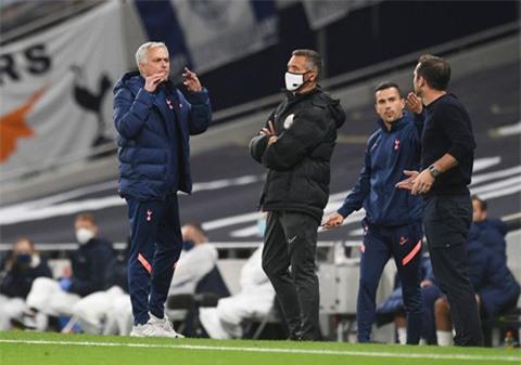 Mourinho bực mình vì Lampard nói nhiều khi Chelsea đang dẫn 1-0