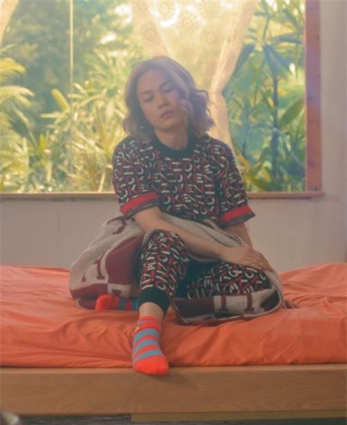 Trong cảnh quay trên giường ngủ đơn giản nhưng Mỹ Tâm cũng chọn bộ trang phục đến từ thương hiệu Kenzo.