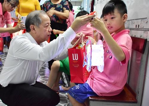 Chủ tịch tỉnh Thừa Thiên Huế vui Tết Trung Thu cùng trẻ em khuyết tật