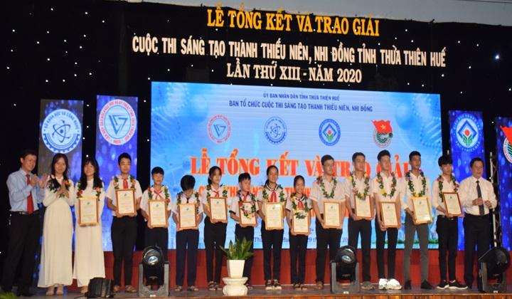 Lãnh đạo tỉnh Thừa Thiên Huế và Ban Tổ chức trao giải thưởng cho các tác giả, nhóm tác giả đạt giải Cuộc thi Sáng tạo Thanh thiếu niên và Nhi đồng của tỉnh lần thứ XIII, năm 2020.