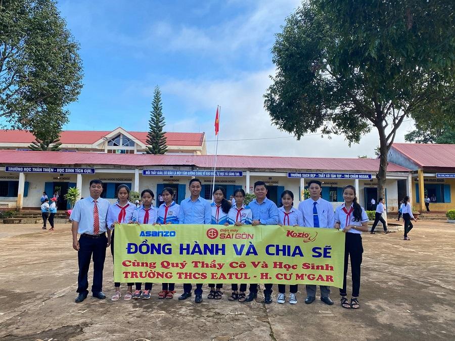 """Công ty TNHH Tổ chức sự kiện Hoàng Bình vừa đồng hành cùng Điện máy Sài Gòn và một số mạnh thường quân đã tổ chức Chương trình """"Vui cùng em đến trường"""" tại Trường THCS Ea Tul (huyện Cư M'gar, Đắk Lắk)."""