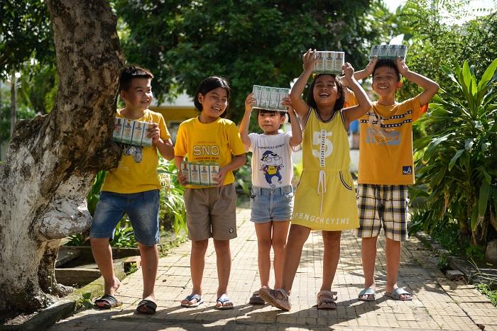 Trẻ em có hoàn cảnh khó khăn tại nhiều địa phương trên cả nước đón nhận niềm vui uống sữa từ Vinamilk thông qua Quỹ sữa Vươn cao Việt Nam.
