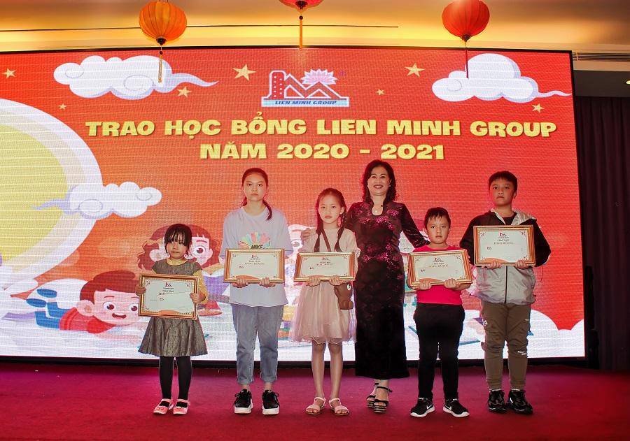 Lãnh đạo Tập đoàn Liên Minh trao các suất học bổng giá trị cho các cháu thiếu nhi đã có thành tích cao trong học tập.
