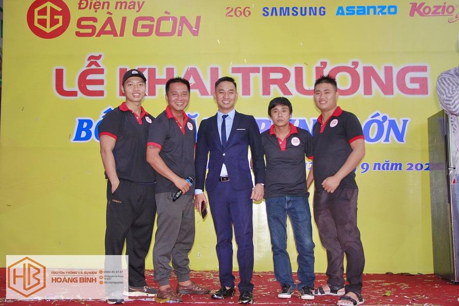 CEO Thân Văn Bình cùng các cộng sự tổ chức sự kiện cho khách hàng.