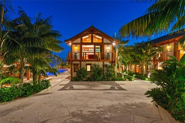 Bể bơi kiểu nhiệt đới trước nhà cộng với sân vườn xanh tươi khiến biệt thự giống như một resort.