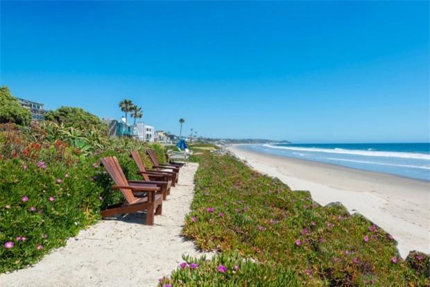 Tài tử trồng hoa dọc theo đường biển thuộc sở hữu của gia đình và kê nhiều ghế gỗ để ngắm cảnh biển, tắm nắng.
