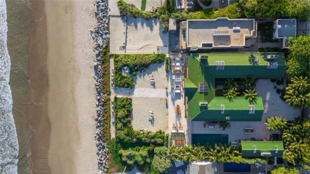 Pierce Brosnan làm hàng xóm của nhiều nghệ sĩ nổi tiếng như tài tử Dustin Hoffman và đạo diễn Steven Spielberg.