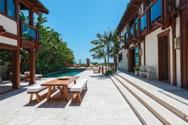 Ngôi nhà cũng có thiết kế khác hẳn những bất động sản khác trong khu vực. Pierce Brosnan vốn phải lòng kiến trúc Đông Nam Á từ khi đóng phim Điệp viên 007 ở Thái Lan nên ông đã thuê các kiến trúc sư tạo dựng ngôi nhà độc đáo này.
