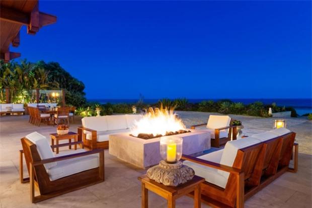 Không gian ngoài trời chia thành nhiều khu thư giãn, thưởng trà, là nơi tiếp khách lý tưởng của gia đình Brosnan.