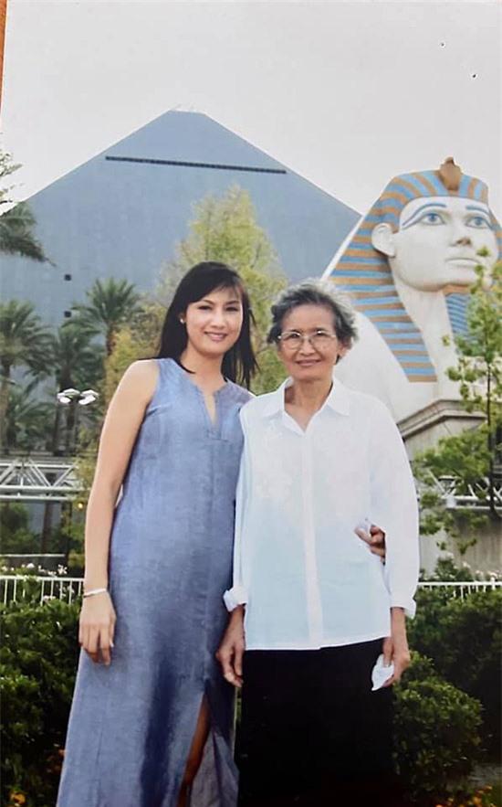 Hiền Mai rạng rỡ bên mẹ trong chuyến đi Ai Cập gần 20 năm trước.