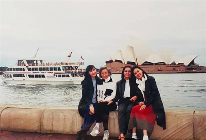 Người đẹp chụp ảnh cùng mẹ và hai người thân ở Sydney, Australia.