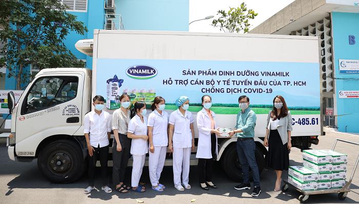 Hàng trăm ngàn sản phẩm dinh dưỡng như Sữa tươi 100%, Probi… đã được Vinamilk trao tặng để tiếp sức cho lực lượng tuyến đầu chống dịch trên cả nước.