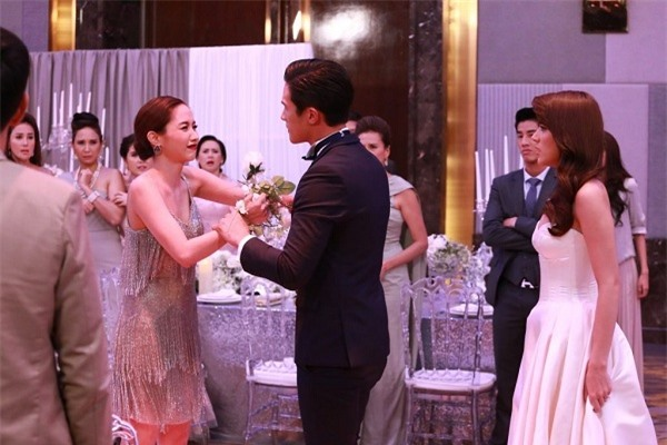 Ngày tôi cưới, chị dâu về một buổi sáng rồi vội vã đi, nghe chị cãi nhau với anh trước cửa, tôi chẳng tiếc mà tháo 3 chỉ vàng trả lại - Ảnh 1.