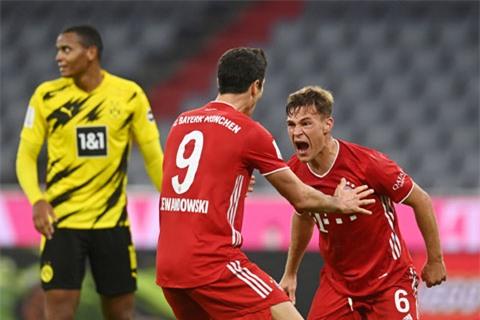 Kimmich (phải) ăn mừng bàn thắng ấn định chiến thắng 3-2 cho Bayern